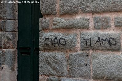 Nella società di oggi ci sono molti modi per dire 'ti amo' e uno di questi è scriverlo sui muri, ma nessuna scritta, neppure la più bella, potrà mai sostituire il 'ti amo' sussurrato quasi silenziosamente.